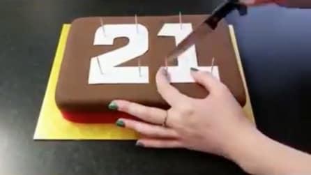 Poggia i numeri sulla torta e li ritaglia: la decorazione originale