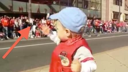 Il bambino alza le braccia e la reazione della folla è fantastica