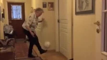 La nonna palleggiatrice che vi lascerà a bocca aperta