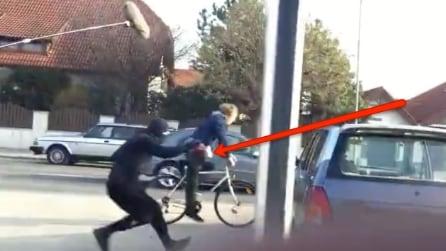 Deve riprendere il momento dell'incidente: quello che fa il cameraman è da non credere