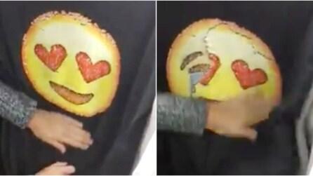 Passa la mano sulla maglia: ecco cosa accade all'emoticon