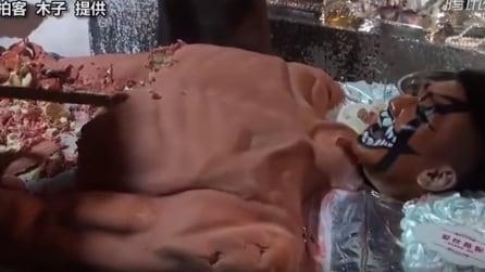 La torta più macabra che ci sia: ecco cosa accade appena viene tagliata