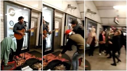 Londra, inizia a suonare la chitarra in metro e tutti intorno si scatenano e ballano