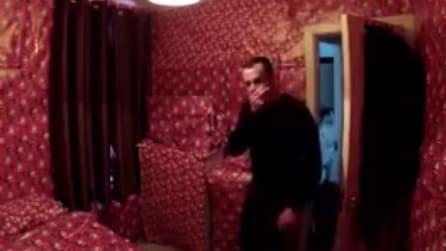 Lo scherzo migliore se odi il Natale? Trasformare la tua camera in un pacco regalo!