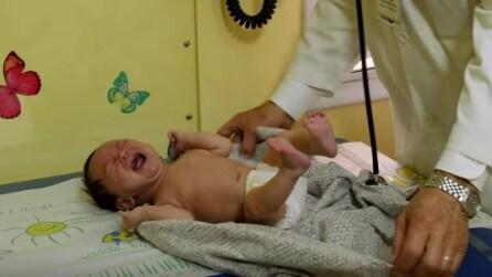 Come calmare un neonato quando piange: ecco come fare