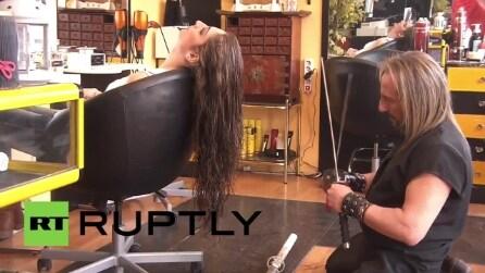 Il parrucchiere più bizzarro al mondo: usa spade e fiamme per tagliare i capelli
