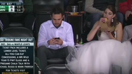 La sposa realizza un desiderio per il suo matrimonio: burger e birra alla partita di hockey