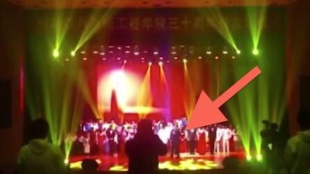 Cina, il palco crolla nel mezzo dell'esibizione. L'effetto è impressionante