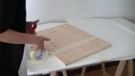 Strisce di nastro adesivo sul pannello di legno: la creazione di cui non potrai fare a meno