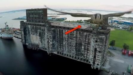 """Il drone sorvola Brooklyn in """"compagnia"""" di un falco"""