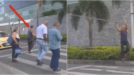 Un gruppo di persone attraversa la strada ma quello che fa questo ragazzo è incredibile