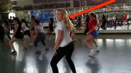 Ela começa a dançar mas depois todos reparam isso: a mulher surpreende a todos assim