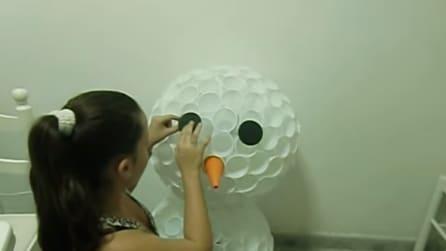 Come fare un pupazzo di neve con i bicchieri di plastica riciclati