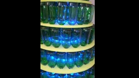 Come costruire un albero di Natale con bottiglie di vetro riciclate