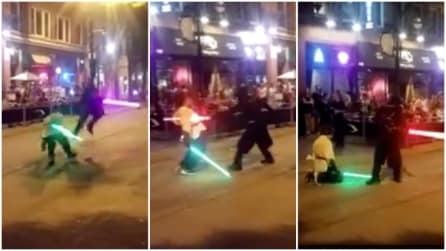 La battaglia in strada con le spade laser di Star Wars