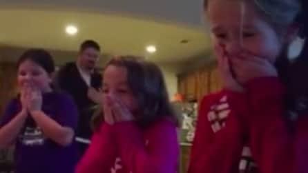 """""""Ecco il vostro regalo di Natale"""" e le tre bambine restano senza parole"""