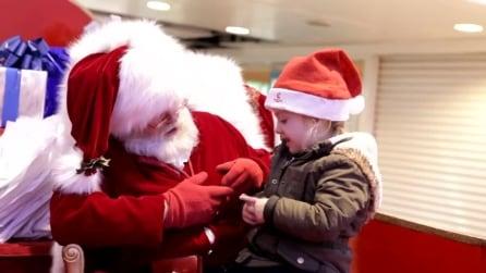 Babbo Natale canta una canzoncina di Natale alla bambina sorda nel linguaggio dei segni