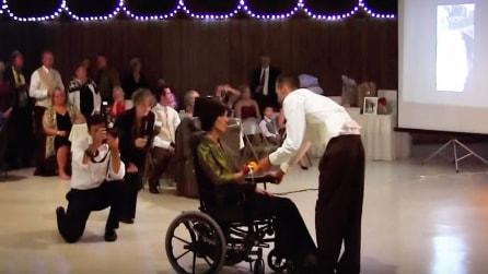 La mamma è sulla sedia a rotelle ma ciò che accade durante il matrimonio del figlio è commovente