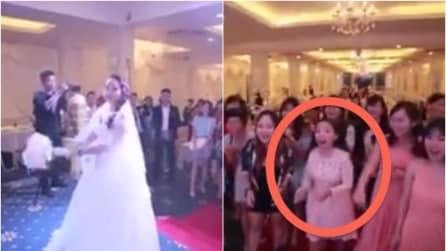 La sposa sta per lanciare il bouquet ma all'improvviso si ferma: attenzione a quella ragazza!