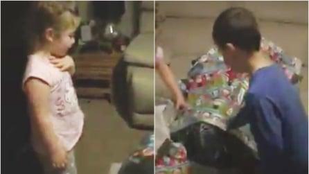 I bambini scartano il grosso pacco, dentro c'è il loro papà tornato per il Natale