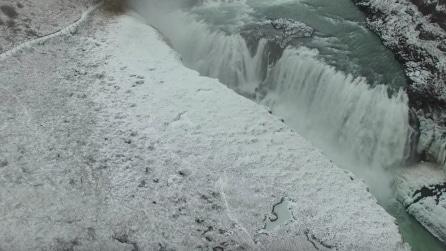 """Islanda, il drone riprende dall'alto la """"cascata di ghiaccio"""""""