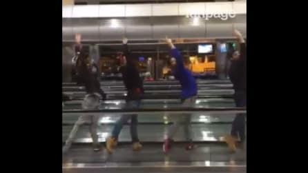 Iniziano con un passo di danza: quello che fanno all'aeroporto lascia tutti sorpresi