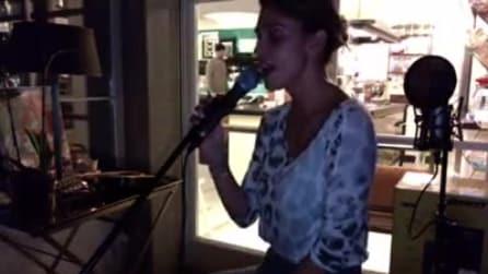 Belen si riscopre cantante nel soggiorno di casa: ecco la sua interpretazione
