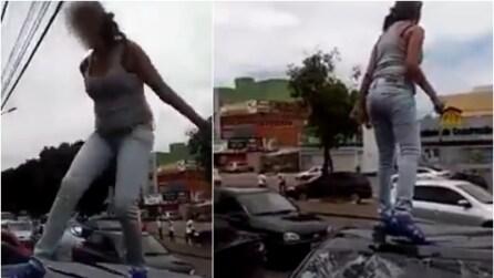 Il fidanzato la tradisce, incinta sale sul tettuccio della sua auto e guardate cosa combina