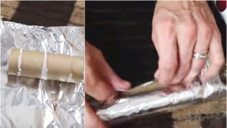 Avvolge un rotolo di carta igienica con la carta argentata: l'idea geniale per la carta regalo