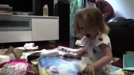 La bimba scarta il regalo: la sua reazione vi lascerà senza parole