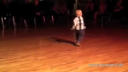 Il baby ballerino di tango fa impazzire la folla