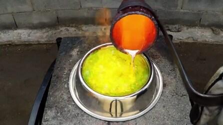 """Rame fuso versato nel liquido antigelo: il risultato è """"un'opera d'arte"""""""