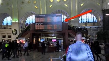 Notano qualcosa di strano in stazione: all'improvviso accade qualcosa di inaspettato