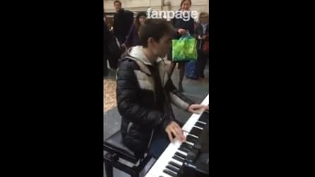 Milano: è solo di passaggio alla stazione, ma questo ragazzo fa un bel regalo a tutti