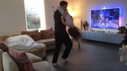 Papà e figlia imitano la coreografia in tv: la scena tenerissima in salotto