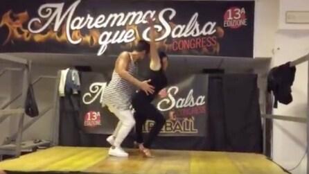 Il ballo super sensuale dei due ballerini di salsa