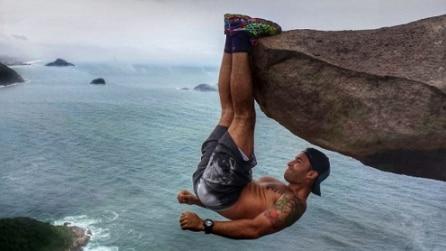 Sospeso nel vuoto aggrappato a una roccia? Svelato il segreto del famoso scatto