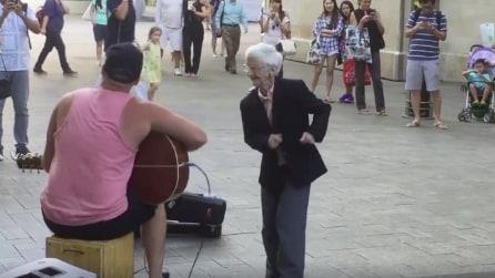 L'artista di strada inizia a suonare: quando si avvicina la nonnina accade qualcosa di molto dolce