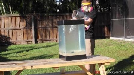 """Versa alluminio fuso in un contenitore di """"perle d'acqua"""": il risultato è incredibile"""