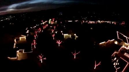 Il quartiere si illumina per Natale a ritmo di musica: lo spettacolo è incredibile
