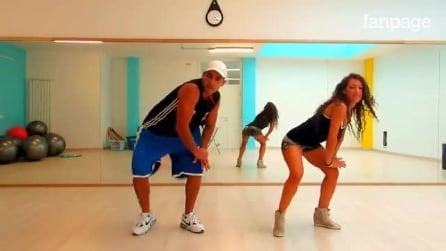 A música parte e os dois dançam: ela mostra toda sua sensualidade