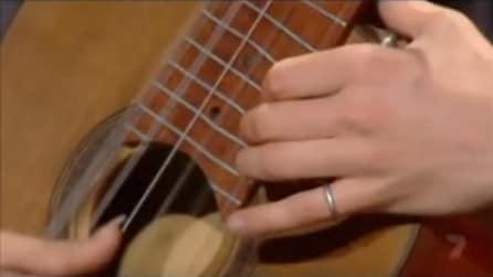 Mette le mani sulla chitarra in questo modo: è incredibile cosa riesce a fare