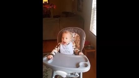 Ogni volta che parte una canzone rock, il piccolo reagisce così: che spettacolo!