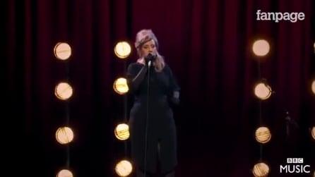 Adele se disfarça de sósia de si mesma no concurso: quando começa a cantar veja o que acontece