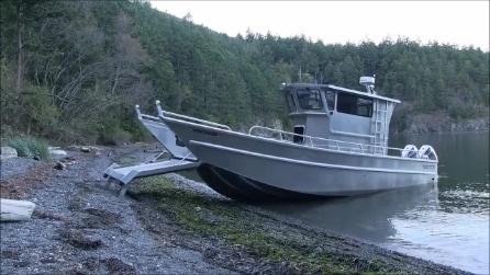 Non si tratta di una barca qualunque: quando arriva sulla spiaggia non crederete ai vostri occhi