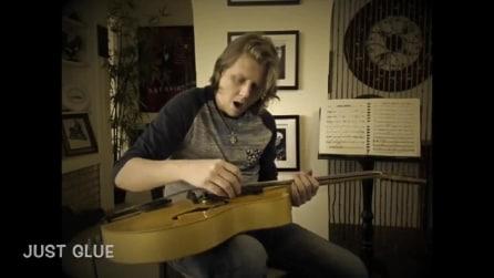 Suona la sua nuova chitarra ma all'improvviso un pezzo si stacca: la sua reazione è comica