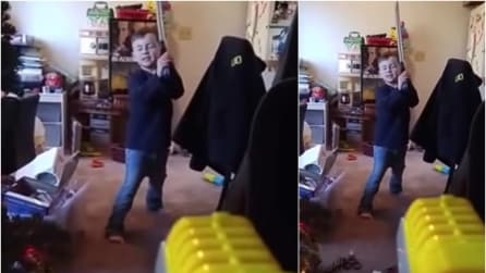 Lo zio gioca col nipotino con la pistola giocattolo, colpendolo in pieno viso