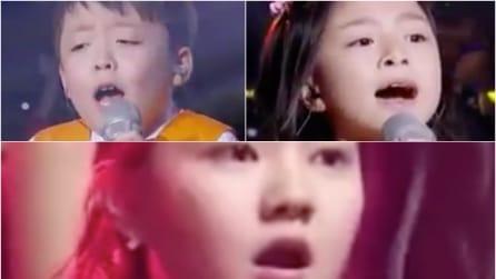 Lo straordinario duetto dei baby cantanti incanta il pubblico intero