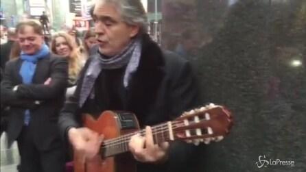 Spettacolo in strada a New York: Bocelli raccoglie 500 euro e li dona ai senzatetto