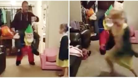 Il papà si presenta con questo vestito di Natale e la figlia scappa via spaventata